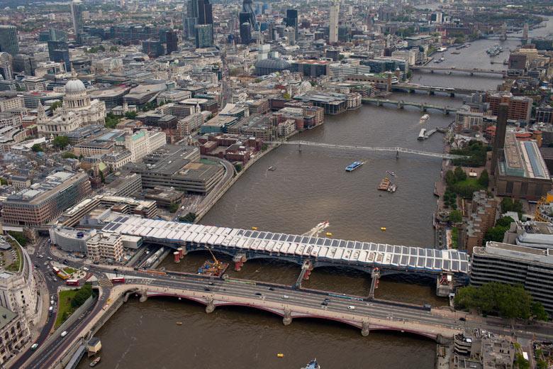 В Лондоне полным ходом идет строительство «солнечного моста»