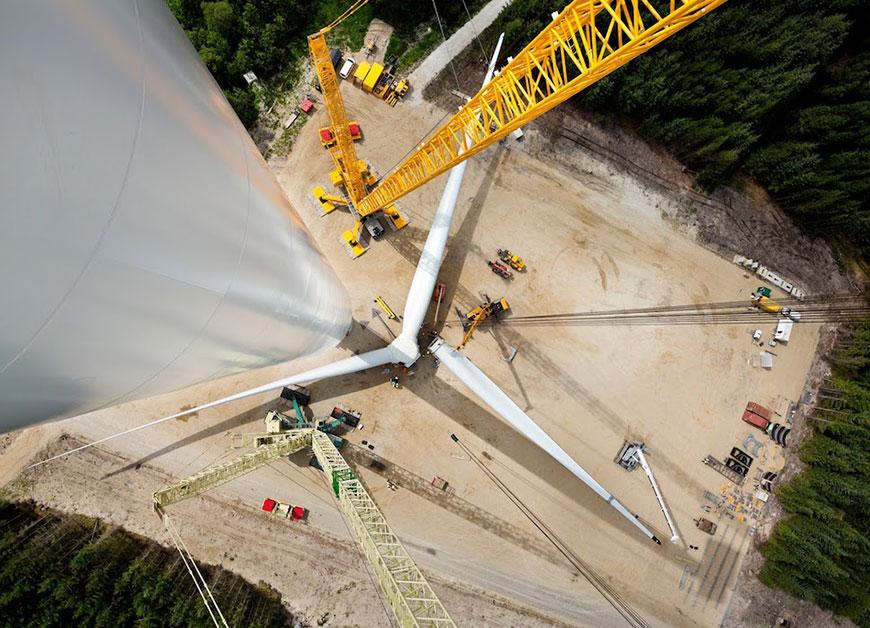 с размахом лопастей 210 м (Видео) 13.11.2019 / Новость на тему: Энергия Ветра / От Clean Energo Китай запускает гигантскую ветровую турбину с размахом лопастей 210 м (Видео) Китай на сегодняшний день является мировым лидером по развитию «зеленых» технологий. Как ни парадоксально, такой пример показывает страна, являющаяся и крупнейшим эмитентом парниковых газов. Безусловно, переход на возобновляемые источники энергии позволит решить многие экологические проблемы. В прошлом году в стране были запущены береговые ветропарки суммарной мощностью 20,2 ГВт и офшорные станции мощностью 1,6 ГВт, что составляет соответственно 44% и 37% мирового рынка. А вскоре в провинции Сычуань на юго-западе страны планируется ввести в эксплуатацию первый гигантский ветрогенератор H210-10MW с размахом лопастей 210 метров. Установка была разработана компанией HZ Windpower, дочерним подразделением государственной корпорации China Shipbuilding Industry. Мощность турбины составляет 10 мегаватт. Это вдвое превышает производительность действующих в регионе 5-мегаваттных ветрогенераторов.Как рассказал директор научно-исследовательского института компании HZ Windpower Хан Хуали, после ввода в эксплуатацию каждая установка сможет генерировать около 40 миллионов кВт*ч электроэнергии ежегодно. Между тем, как сообщает агентство «Синьхуа» HZ Windpower ведет разработку еще большего ветрогенератора с диаметром ротора 230 м. AddThis Sharing Buttons Share to Vkontakte Share to FacebookShare to TwitterShare to PinterestShare to Mail.ru Источник: cont.ws Похожие новости Уже к 2020 году мир получит из ВИЭ 1500 ГВт энергии Уже к 2020 году мир получит из ВИЭ 1500 ГВт энергии 19.02.2016 Мировая солнечная энергетика вырастет на треть к концу 2017 года Мировая солнечная энергетика вырастет на треть к концу 2017 года 01.11.2017 Крупнейший поставщик угля в мире построит солнечную электростанцию мощностью 1 ГВт Крупнейший поставщик угля в мире построит солнечную электростанцию мощностью 1 ГВт 18.05.2016 Новый солнечны